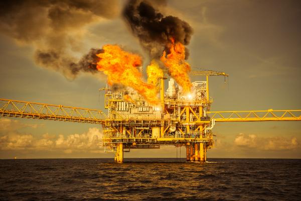 Feuer auf Oel- und Gas-Produktionsplattform