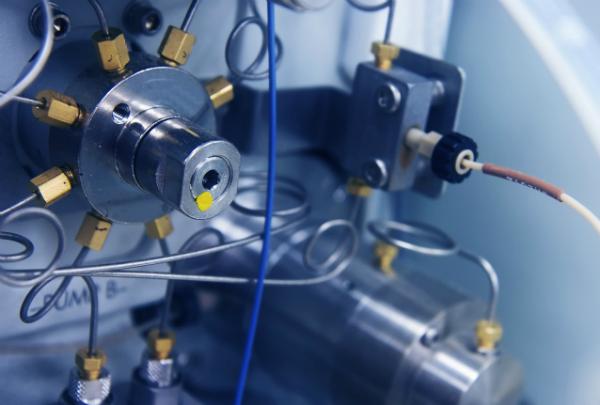 Nahaufnahme einer HPLC-Instrumentenpumpe