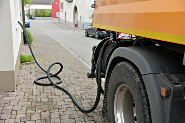 Ein Tanklaster liefert Heizöl für eine Ölheizung