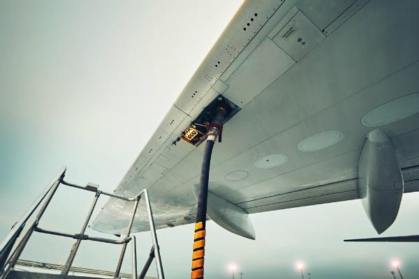 Betankung eines Flugzeugs mit einem entsprechenden Schlauch