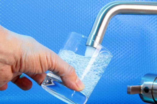Reines Wasser einschenken