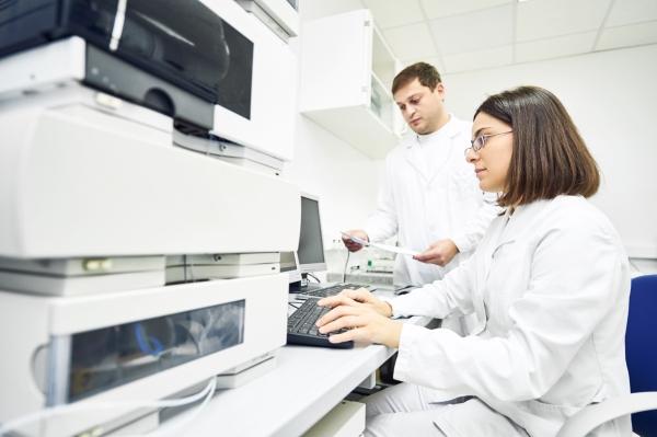 Forscher analysieren Fluessigchromatographie
