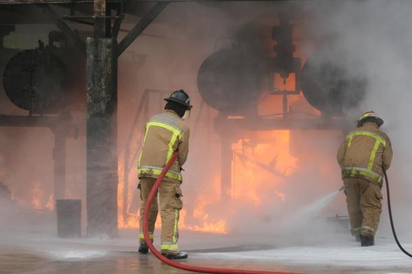 Grossbrand nach einer Explosion in Industrieanlagen