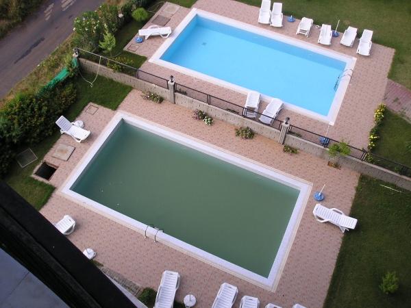 Zwei baugleiche Schwimmbecken mit unterschiedlicher Wasserqualitaet