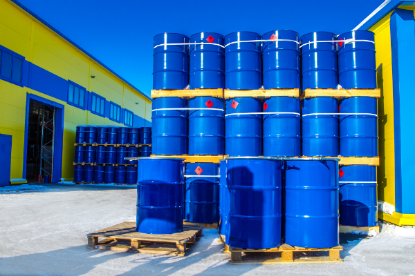 Blaue Faesser in der Chemieindustrie