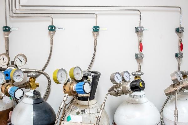 Dedizierte Laborgasverteilung mit diversen Druckgasflaschen
