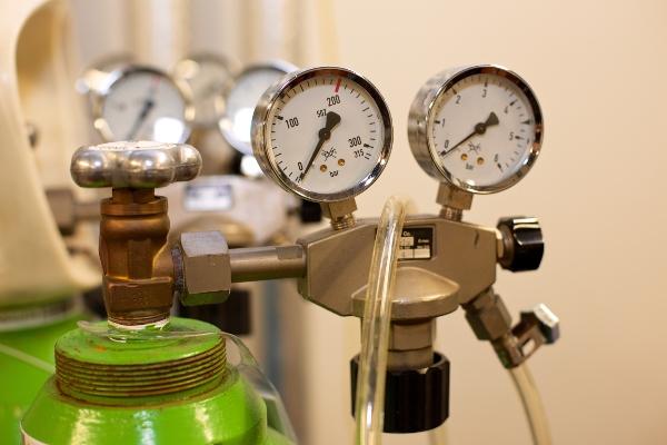 Druckgasflaschen im Labor mit Druckanzeiger