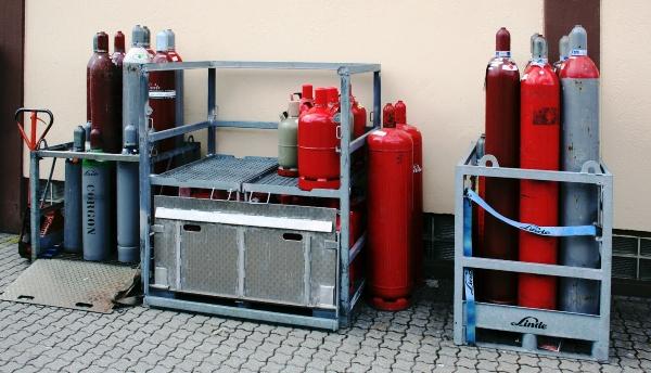Gasflaschenlager mit Transportgestellen der Firma Linde