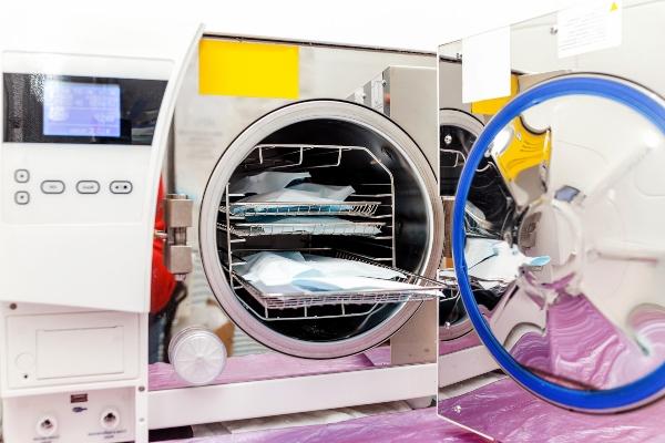 Geraet zur sterilen Reinigung von medizinischen Instrumenten