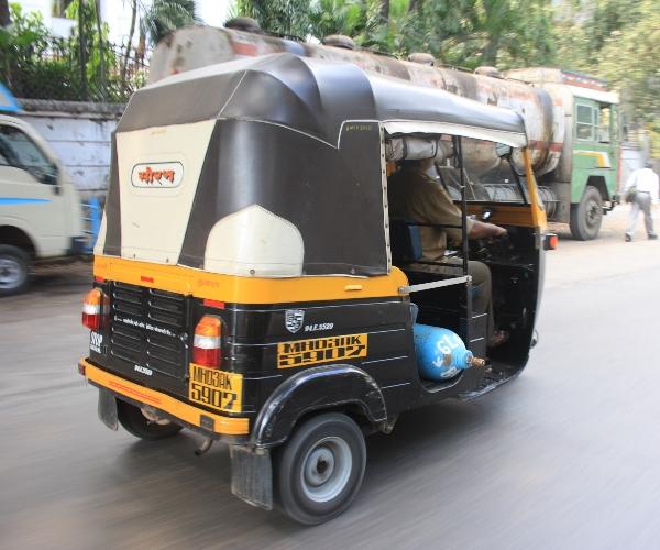 Transport einer Gasflasche ohne Ventilschutzkappe in Mumbai