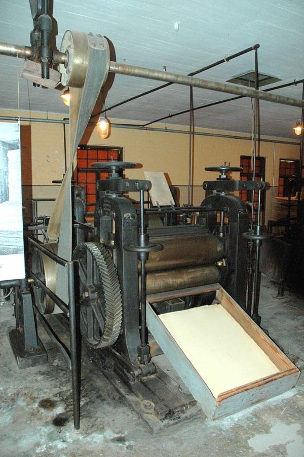 Historische Kalander-Maschine der finnischen Kartonfabrik Verla