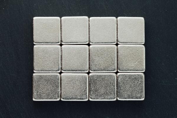 Zur Herstellung staerkster Magnete werden Neodym-Eisen-Bohrverbindungen verwendet