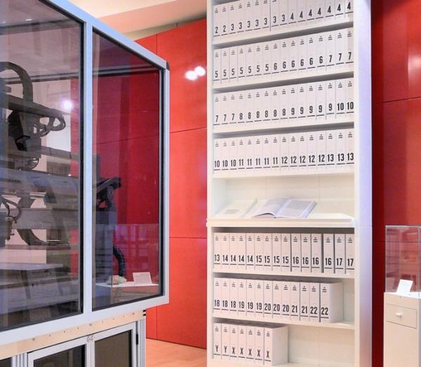 Der erste Ausdruck des menschlichen Genoms, visualisiert als Buchserie (100 Baende a 1000 Seiten)