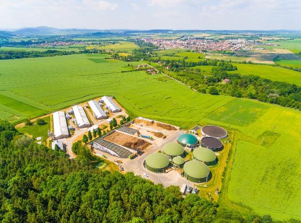 Luftaufnahme ueber Biogasanlagen