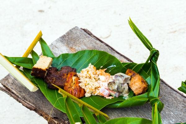 Gebratenes Fleisch mit Reis auf einem Bananenblatt
