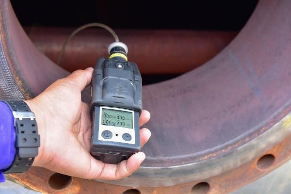 Mobiler Gasdetektor im Einsatz gaswarnanlagen