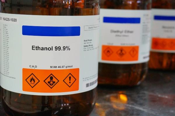 Korrekte Kennzeichnung einer Ethanolflasche EU-Leitlinien und die Sicherheit im chemischen Labor
