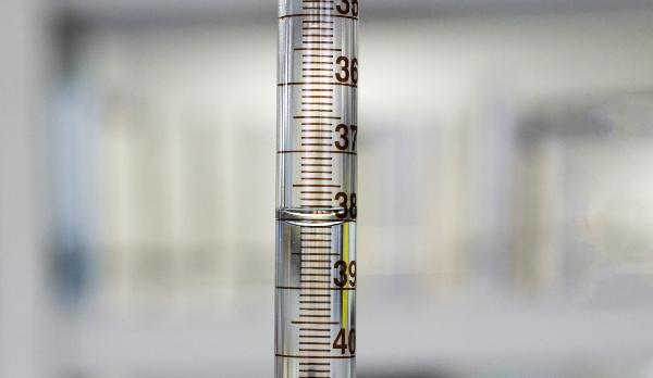 Eingravierte Milliliter-Skala einer Mess-Pipette-dosiertechnik-fuer-fluide