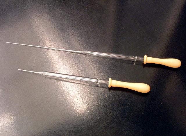 Pasteurpipetten aus Glas mit aufgesteckten Pipettierhilfen dosiertechnik-fuer-fluide